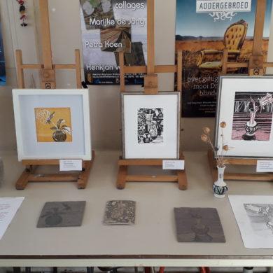 Op het atelier, lino-snedes. V.l.n.r. Bloemenvaasje, Sahar Salavati, Compositie, Marijke de Jong, Faaske fan beppe, Marijke de Jong